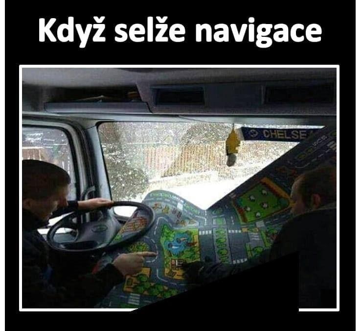 Karle, zase nám nefunguje navigace, vytáhnu mapu